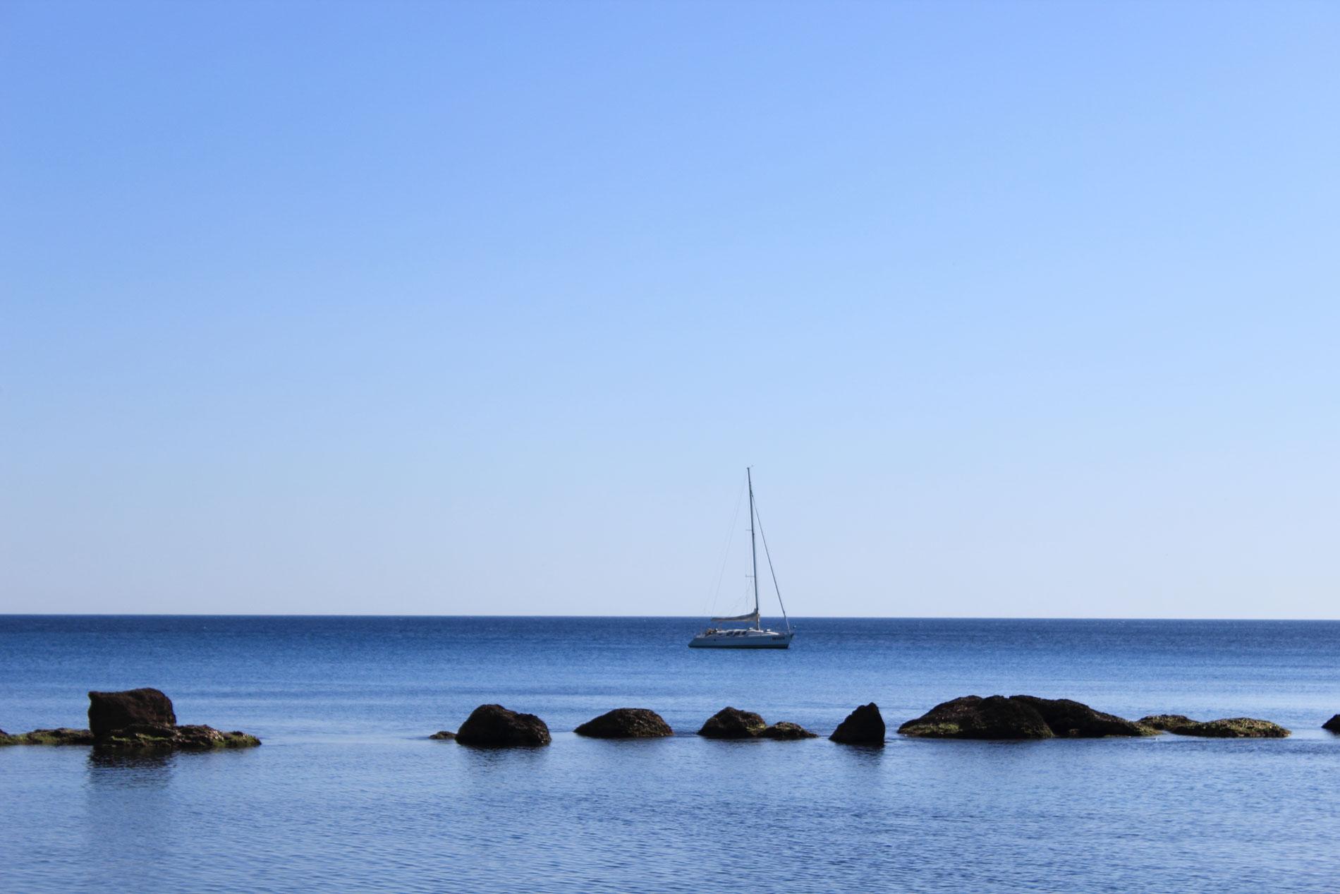 3_Scogli-e-barca-a-vela
